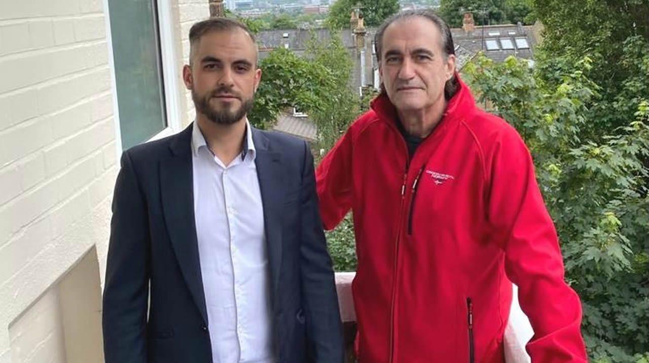 David Gil Lopez, taxista, lleva hoy por la mañana a Oporto a Xosé Abelenda, que tras tres meses vuelve a Suiza tras lograr un vuelo. En total, viajará unas 12 horas