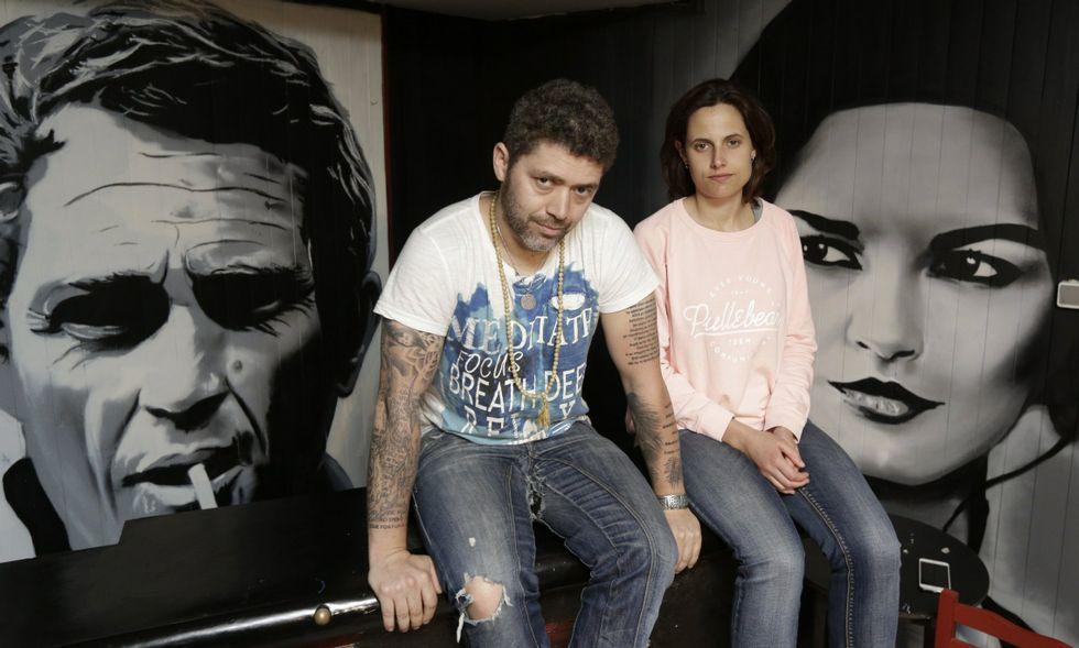 Daniel Currás e Iria Ares en la sala, con Steve McQueen y Catherine Zeta-Jones de fondo.