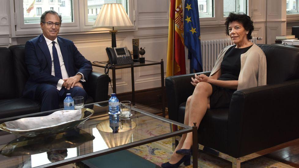 El consejero de Educación de Madrid, Enrique Ossorio, en una entrevista con la ministra de Educación en funciones, Isabel Celaá