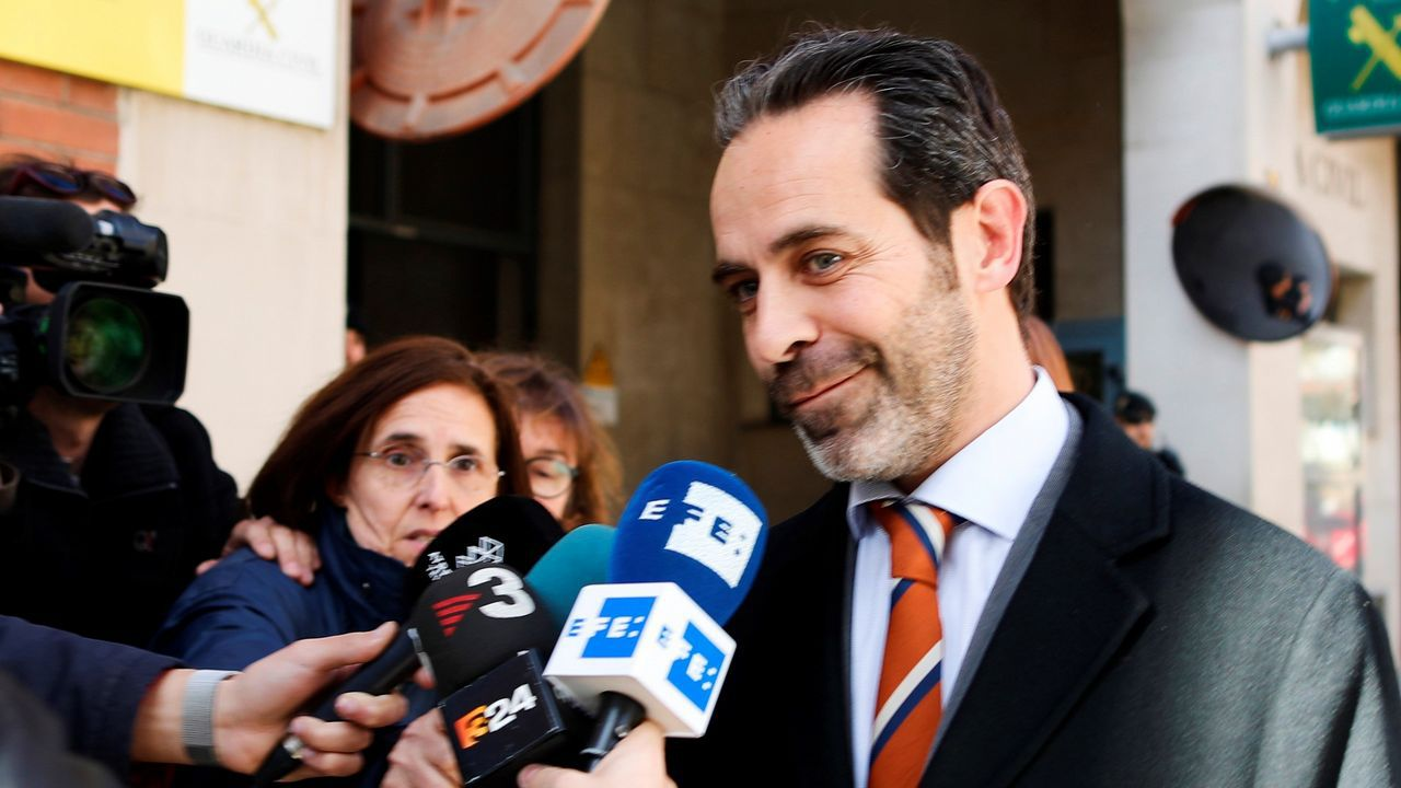Misa por don Juan presidida por los Reyes.Íñigo Méndez de Vigo y Genaro Alonso, en el ministerio de Cultura