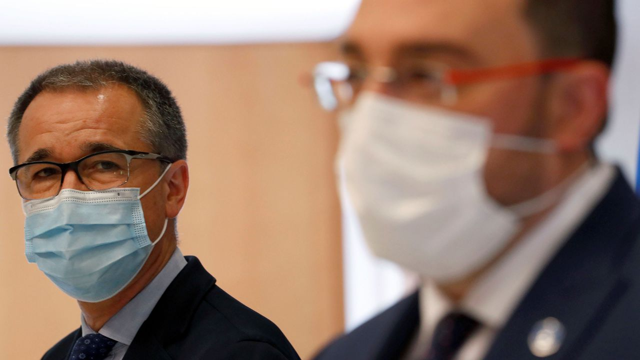 La manada perdida del occidente de Asturias.El consejero de Salud, Pablo Fernández Muñiz; y el presidente del Principado, Adrián Barbón