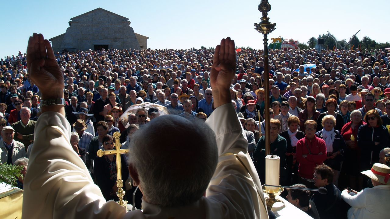 El entorno del santuario de Chantada se llenó de fieles ya en las primeras misas que se oficiaron por la mañana