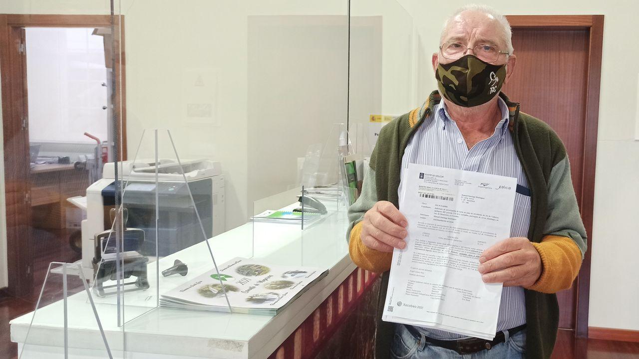 Rodríguez muestra el escrito que recibió para pagar la tasa