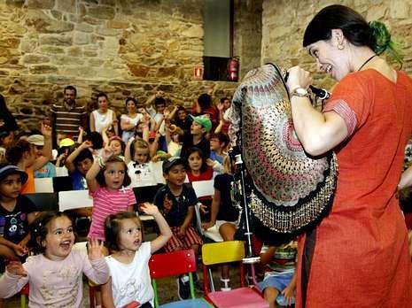 La gaiteira consiguió dejar boquiabiertos a los niños.
