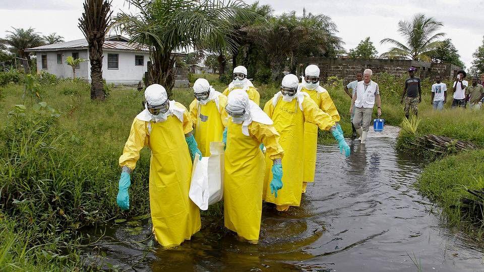 Sanitarios contra el ébola en Liberia