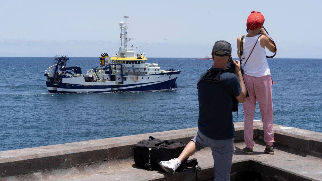El buque Ángeles Alvariño sale del puerto de Tenerife, en una imagen de archivo