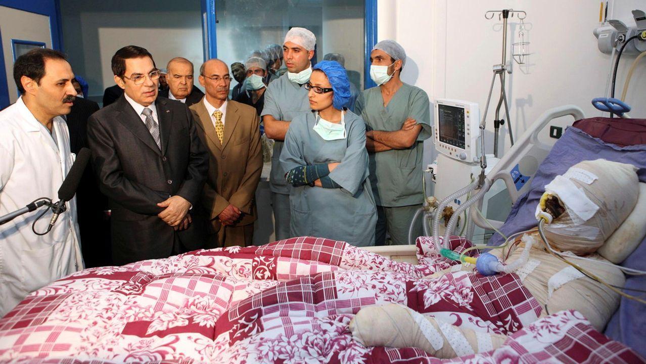 Beirut un día después de la explosión, en imágenes.El dictador Ben Alí, durante su visita a Bouazizi , el manifestante que se prendió fuego provocó su caida
