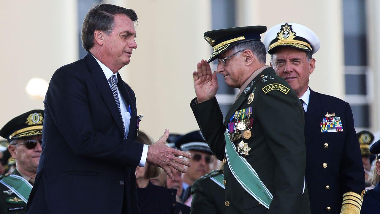 al presidente Jair Bolsonaro mientras saluda al general del Ejército Eduardo Pujol, el 23 de agosto de 2019, durante una ceremonia en Brasilia (Brasil).
