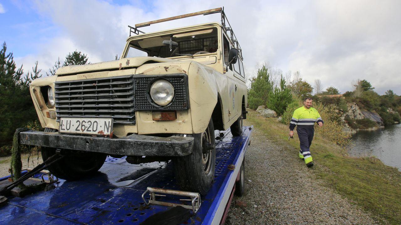 Los técnicos inspeccionaron el puente desde el que cayó el vehículo que causó el accidente