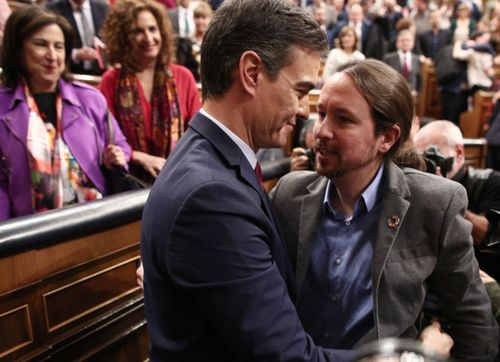 Pedro Sánchez comunica los cambios en el Gobierno.Pablo Iglesias felicita a Pedro Sánchez tras obtener l ainvestidura el 7 de enero del 2020