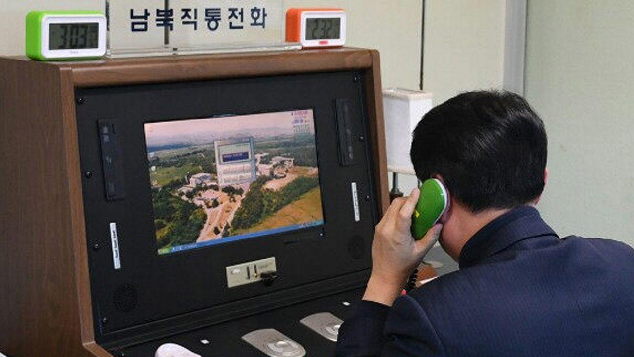 n funcionario comprueba la línea directa intercoreana instalada en la Zona de Seguridad Conjunta en la localidad fronteriza de Panmunjom