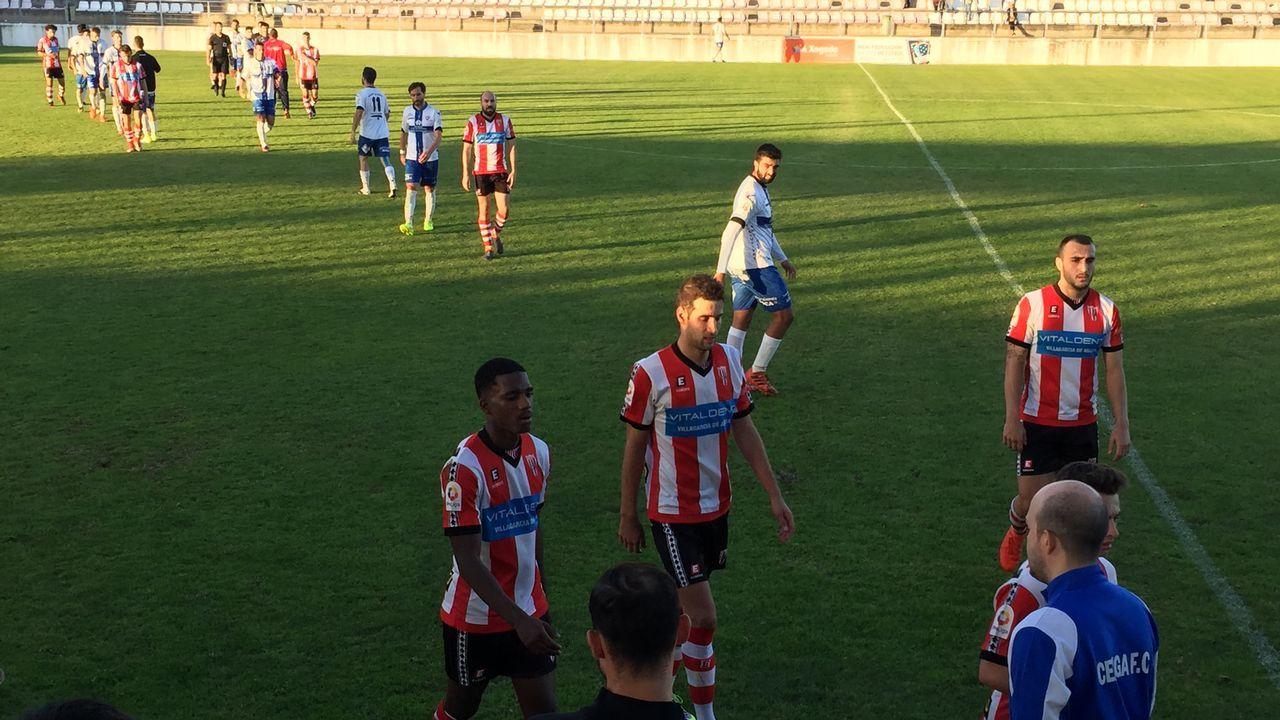 Que las botas no sean una excusa que impida ser futbolista.Gran ambiente en las gradas del estadio de Calabagueiros durante el CD Barco-UD Paiosaco