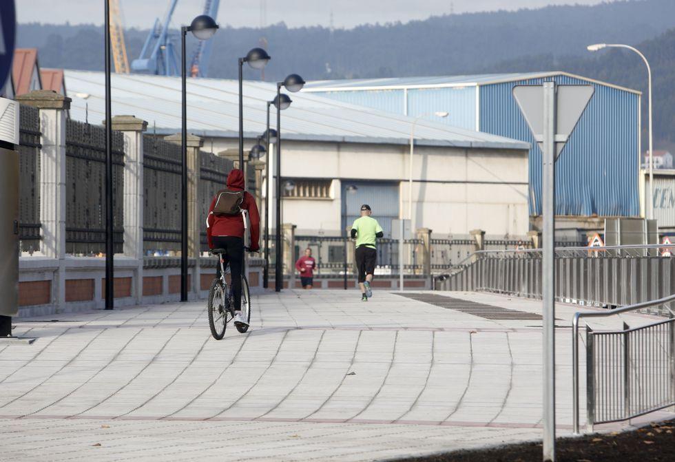 La nueva zona de paseo del puerto es compartida por viandantes y ciclistas.