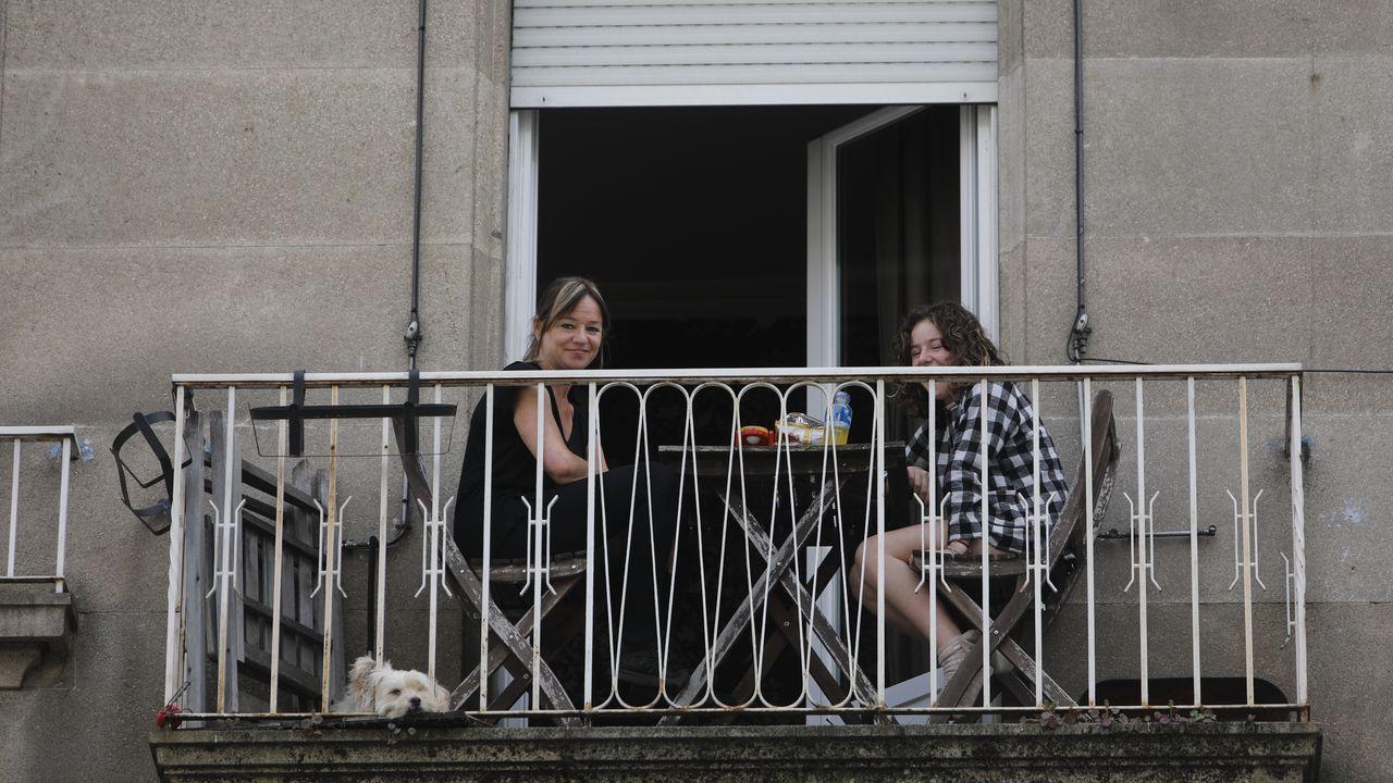 Madre e hija disfrutando de la sesión vermú en el balcón de su casa, en la calle Curros Enríquez