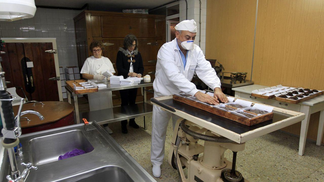 Imagen de archivo de la actual fábrica de Chocolates Moreno Ribadeo, con José Rodríguez  Pepe  en primer plano y en segundo Rosa Díaz y María José Ríos, quien dice que  sen eles, Moreno non existiría