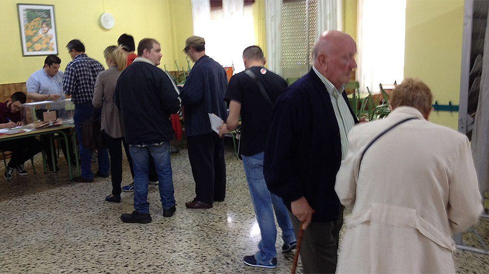 Votantes en el colegio El Bosquín, en El Entrego