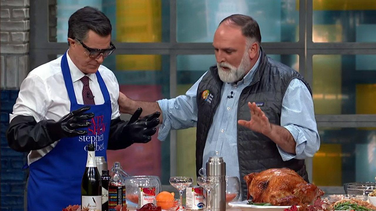 José Andrés con Stephen Colbert cocina en televisión