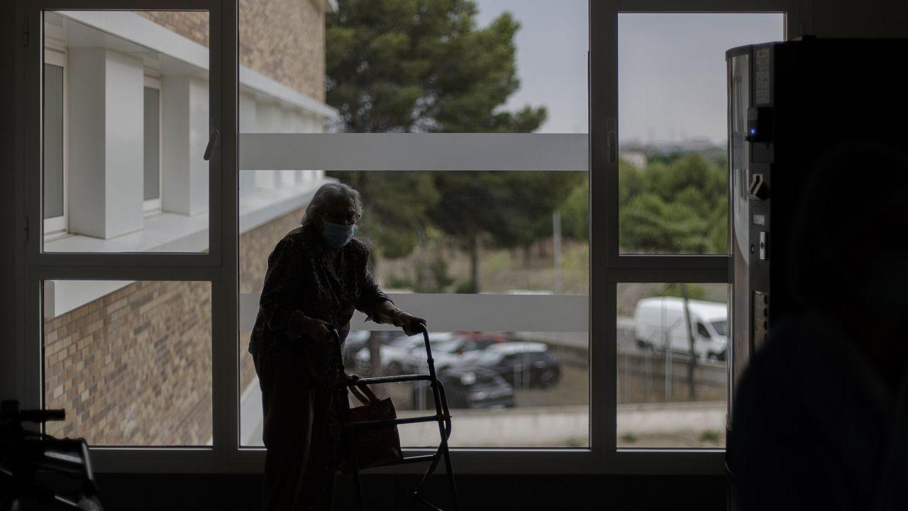 El exconsejero, José Luis Iglesias Riopedre.Imagen de una mujer en una residencia de ancianos