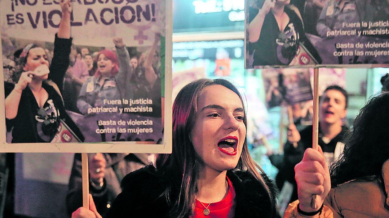 El Gobierno castigará la incitación al suicidio, los abusos sexuales y la anorexia a través de Internet.José Ángel Prenda y Alfonso Jesús Cabezuelo entran en la Audiencia de Sevilla para la vista