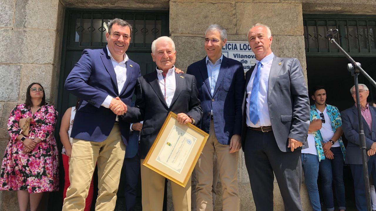 El alcalde (a la derecha) obsequió a Montero son una bandera gallega como recuerdo de la inauguración