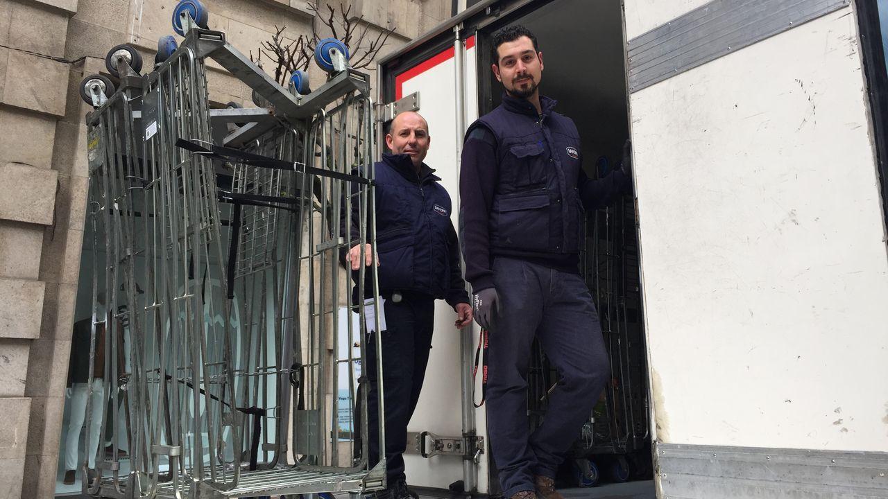 Reponedores de supermercado en la calle del Paseo de Ourense