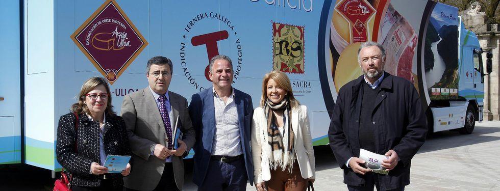Feria de santos en Monterroso .Los presidentes de los órganos rectores, ayer en Santiago, con el camión promocional detrás.