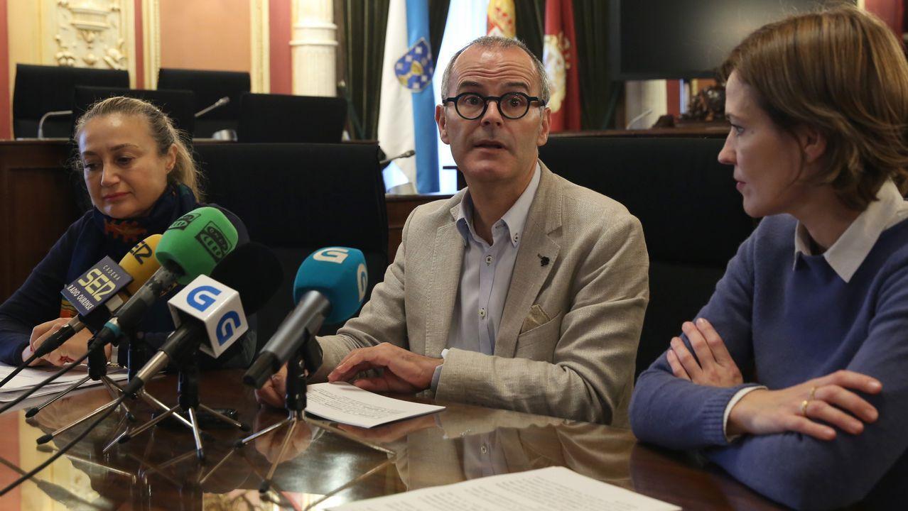 «Nuestro instituto es como la ONU».Guiuseppe Conte y sus dos vicepresidentes en el exterior del Palacio Chigi en Roma