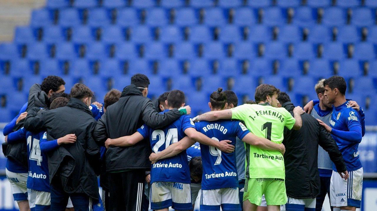 Los jugadores del Oviedo celebran la victoria ante el Sabadell