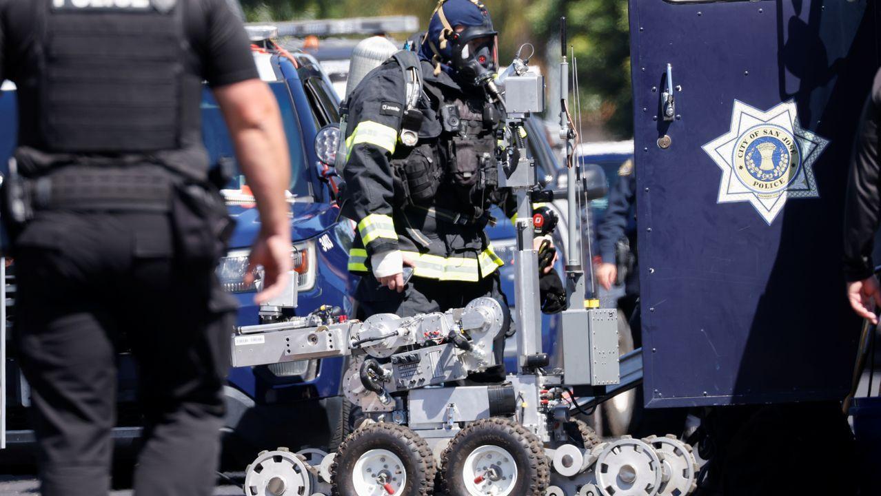 Artificieros se preparan para entrar en  la casa del sospechoso del tiroteo de San José