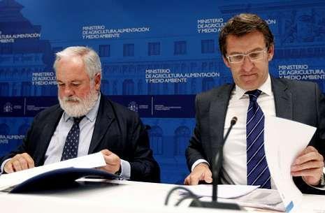 Arias Cañete y Núñez Feijoo, tras la reunión que mantuvieron ambos ayer en Madrid.