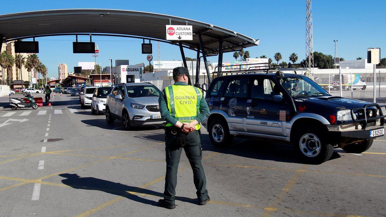 Un agente de la Guardia Civil, este miércoles, en el paso fronterizo entre Gibraltar y La Línea de la Concepción