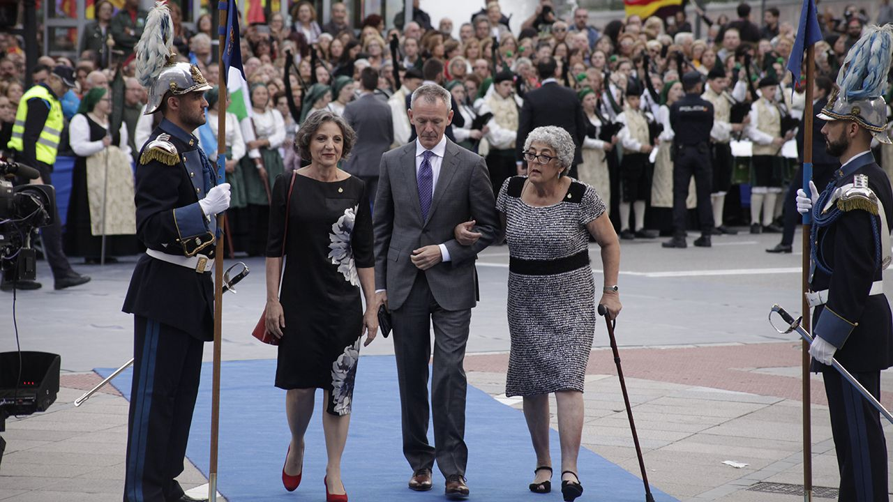 Joanne Chory y Sandra Myrna Díaz a su llegada al Teatro Campoamor