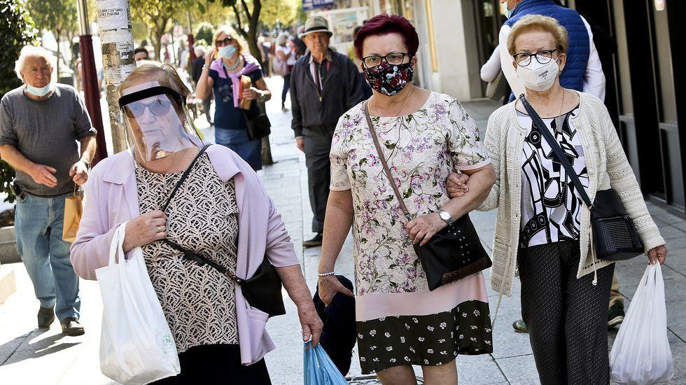 Mujeres con mascarillas en la zona peatonal de O Calvario de Vigo