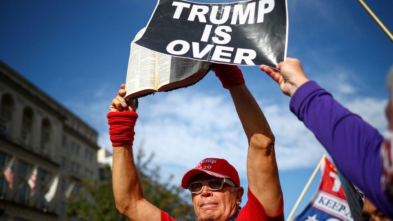 Un manifestante contrio al presidente impone el lema «Trump se ha acabado» a un contramanifestante en Washington