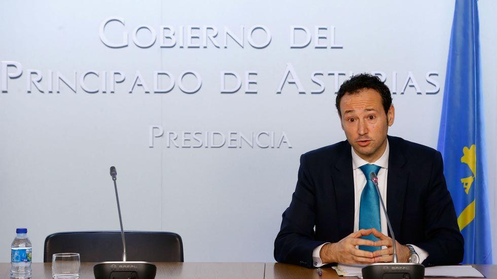 El presidente del Principado, Javier Fernández, y el rector de la Universidad de Oviedo, Santiago García Granda, firman el contrato-programa.El consejero de Presidencia, Guillermo Martínez