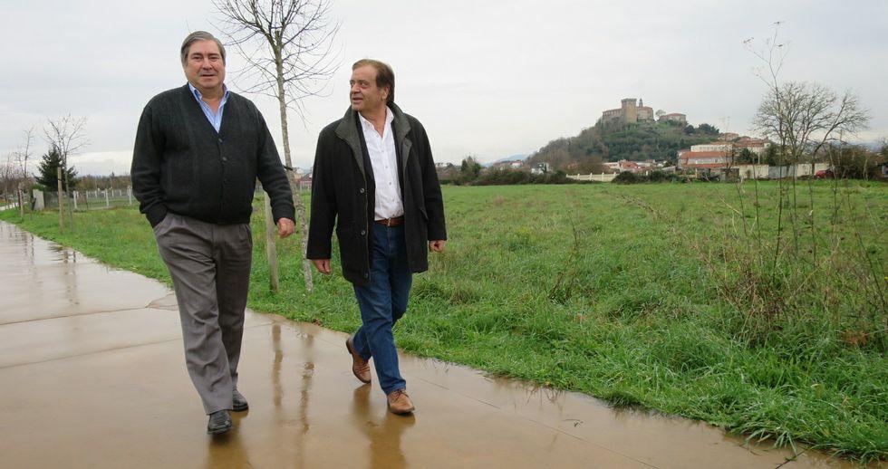 José Antonio González (izquierda) y José Luis Vázquez, caminan por el paseo de la ronda urbana en una foto tomada ayer.