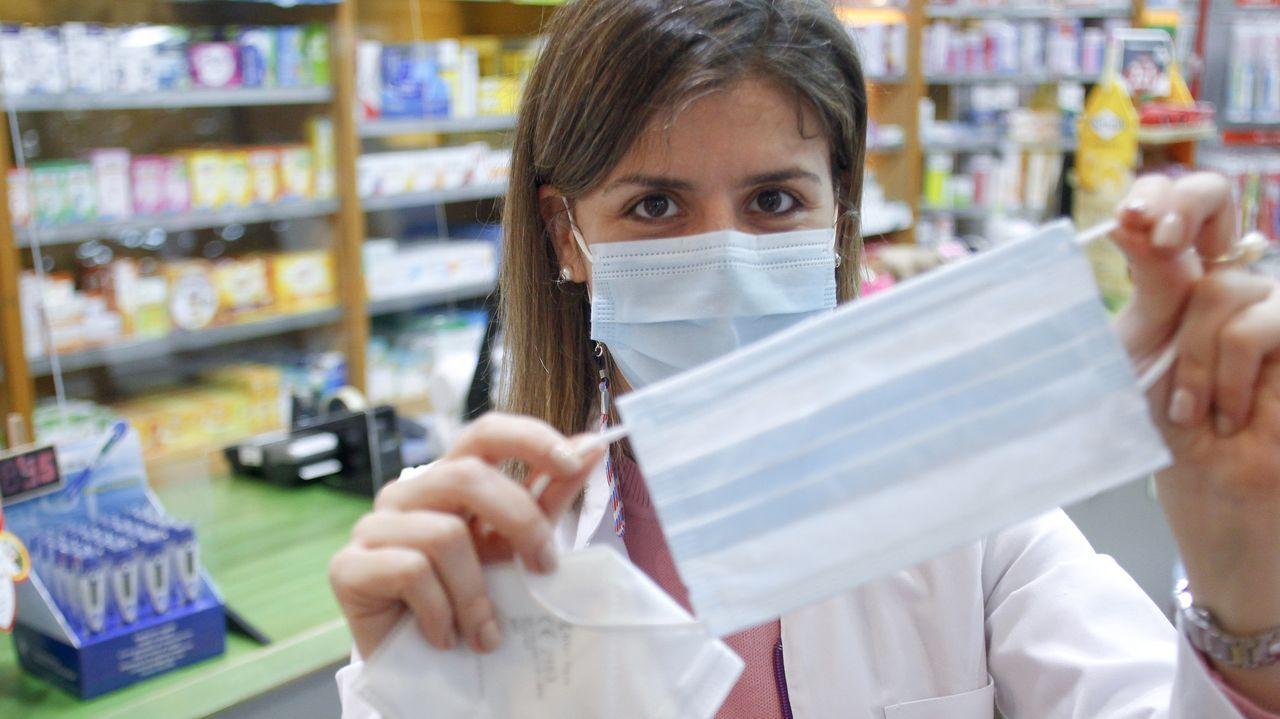 Noa Rey, en su farmacia de Esteiro, donde bajaron los precios hace tiempo