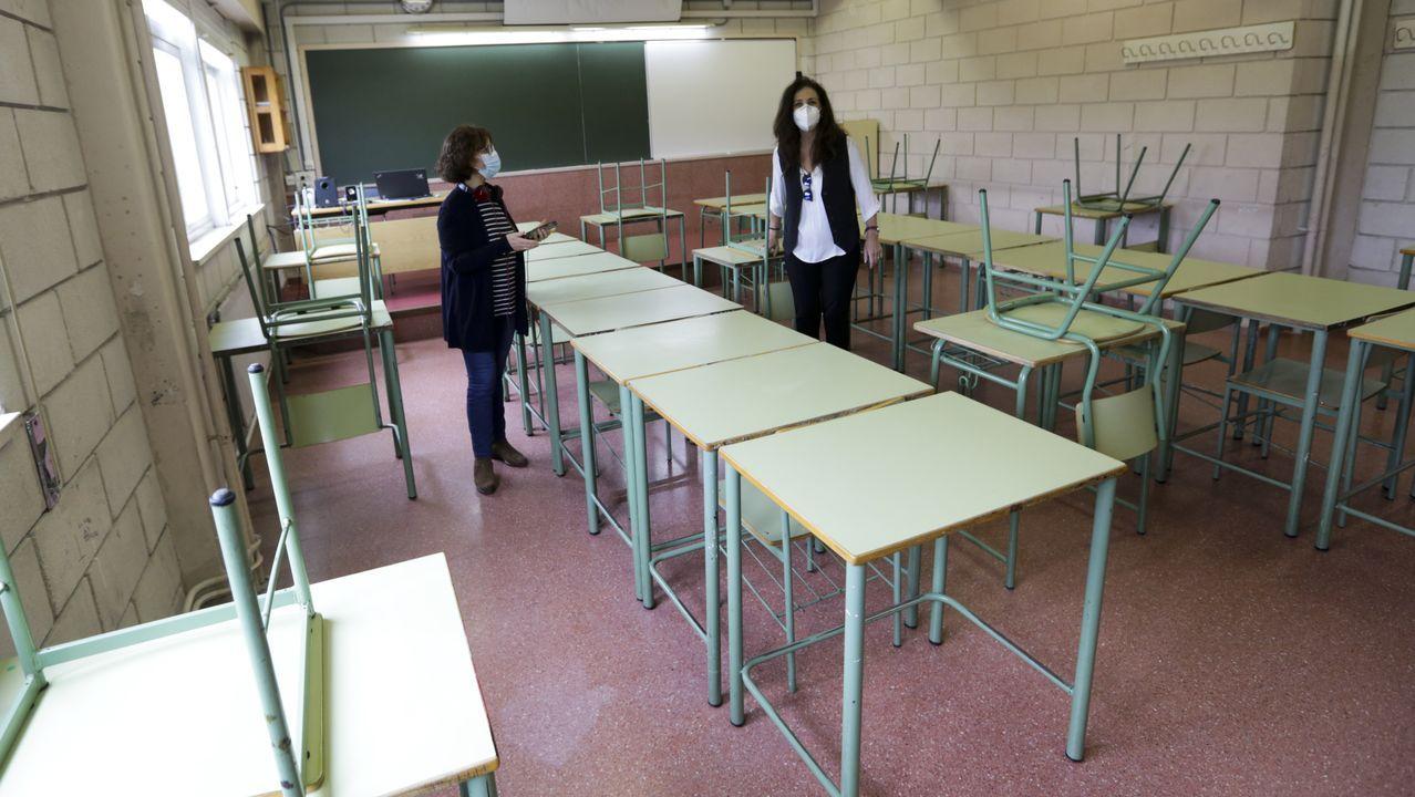 La subdirectora y la jefa de estudios del IES Rafael Dieste, preparando un aula