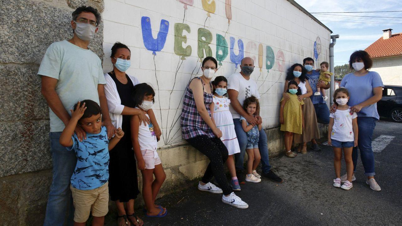 Las cuatro familias que este curso habían matriculado a sus hijas en la unidad de primaria de la escuela de Verducido que la Xunta suprimió