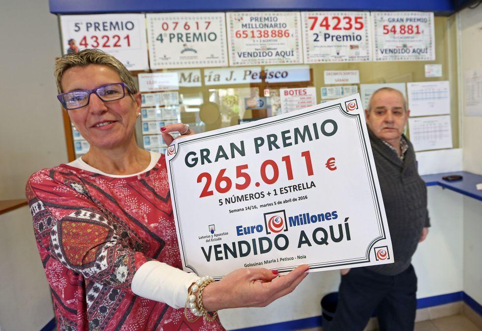 María José Petisco muestra el cartel del premio que vendió la semana pasada.