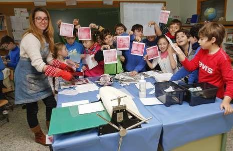 bolido.Iria do Castelo, cos alumnos do Canosa-Rus durante o obradoiro que impartiu onte.