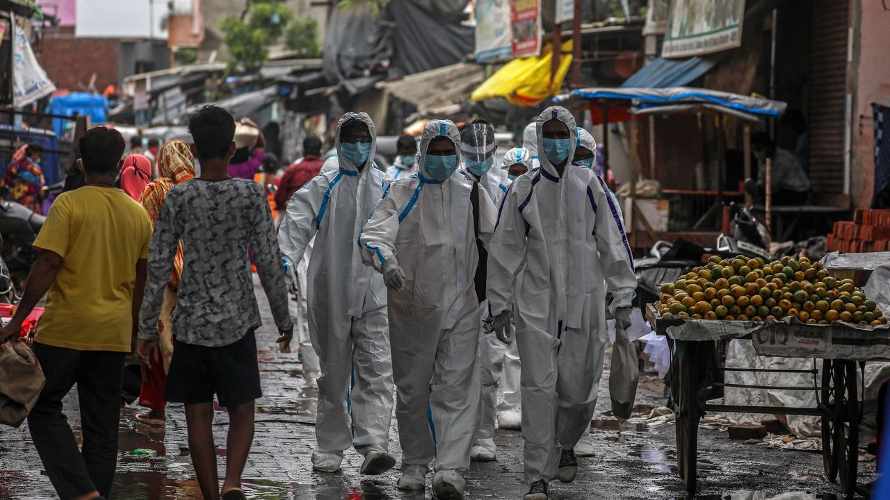 Trabajadores de la salud indios se van después del chequeo médico de los residentes de las zonas más afectadas en Ambujwadi, Mumbai, India.