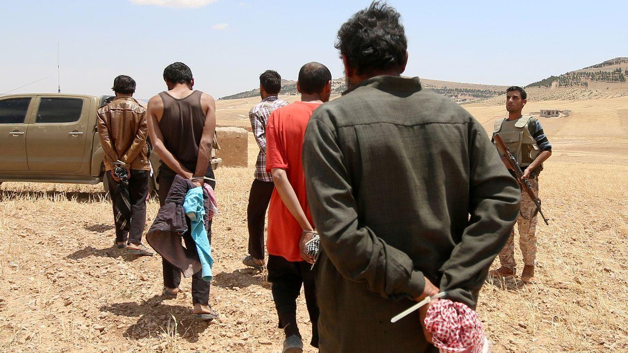 Muchos de los yihadistas detenidos por las fuerzas kurdas (como los de la foto en Manbij) huyeron o cayeron en manos de las tropas turcas tras la ofensiva lanzada sobre el norte de Siria