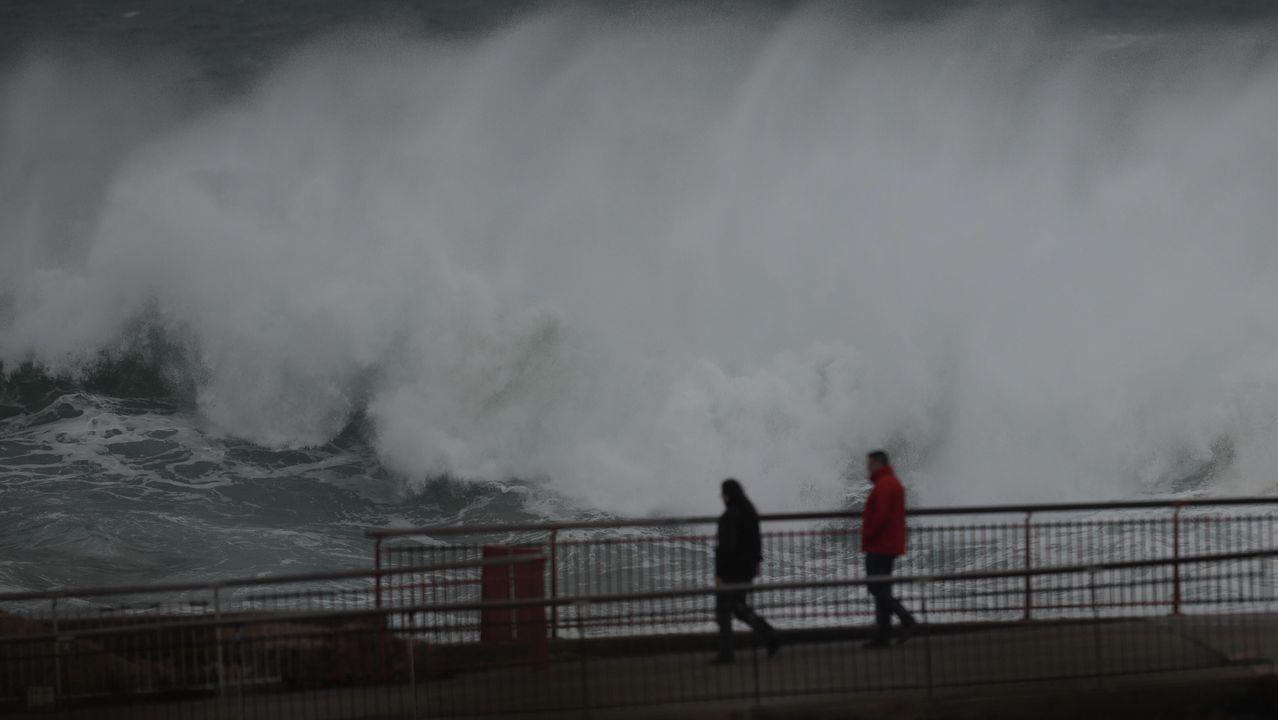 El ciclón extratropical Bella ya se deja notar en la costa de A Coruña.Temporal en el mar. Olas en la zona del Aquarium.