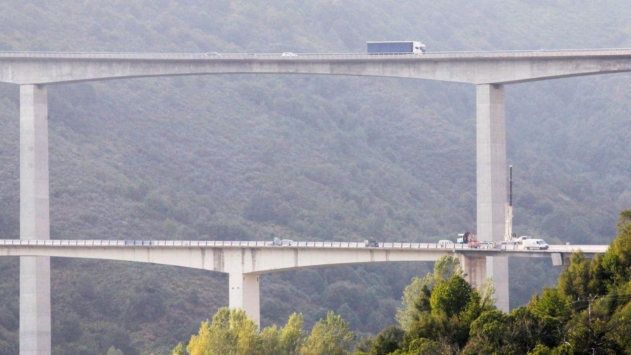 Los vecinos de un pueblo de Os Ancares dan cuerda a un reloj de casi 120 años.En primer término el viaducto de Ruitelán, de la A-6 y que fue de la N-VI, y que estará cortado hasta la primavera, y arriba el de Samprón, que se usarán en doble sentido de circulación