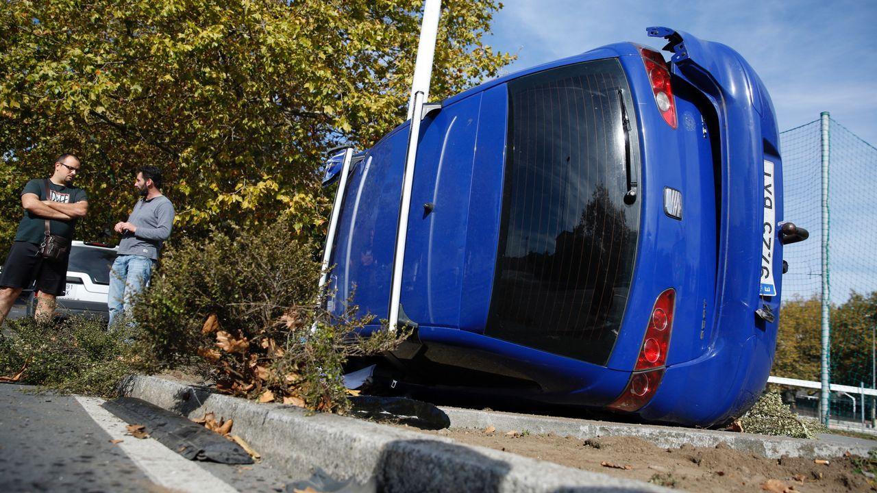 Accidente de tráfico con coche volcado en Ronda de Outeiro