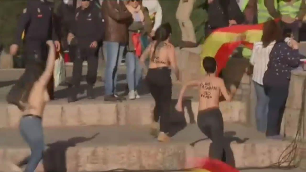 Lara Alcázar encadenada en Vistalegre con otras tres compañera de Femen
