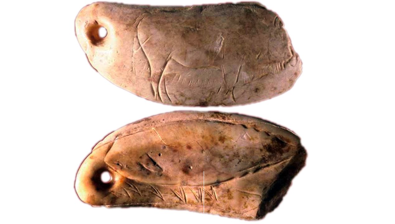 Colgante de hueso hallado en Las Caldas y grabado por ambas caras: en una se representa un bisonte y en otra un cachalote