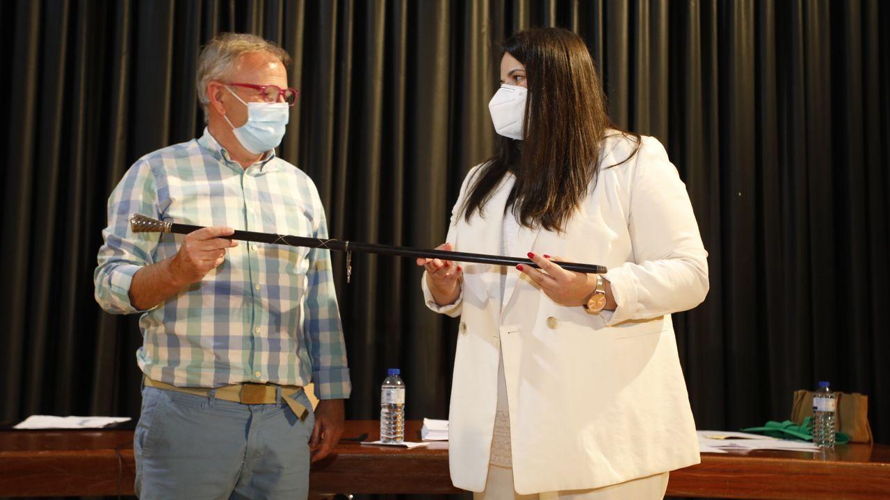 XabierVázqueza hace entrega a Rocío Seijas del bastón de mando del Concello de Monterroso