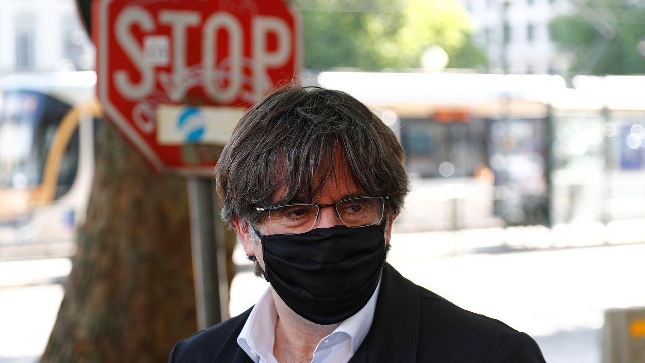 El empresario David Madí es acompañado por un agente de la Guardia Civil a su despacho en Aguas de Cataluña para ser registrada la dependencia.
